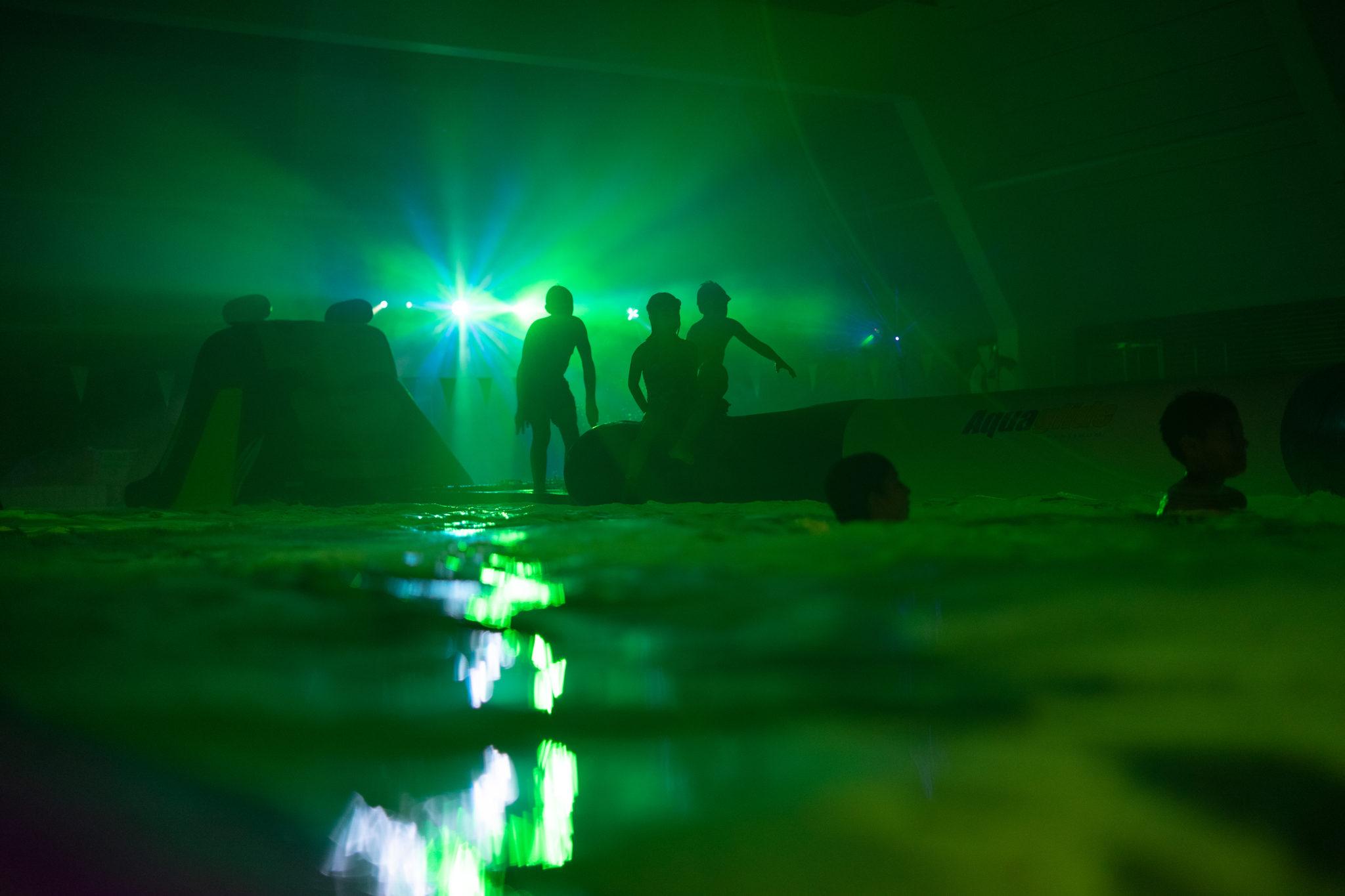 Børn leger under Disco Night I Ishøj Svømmehal