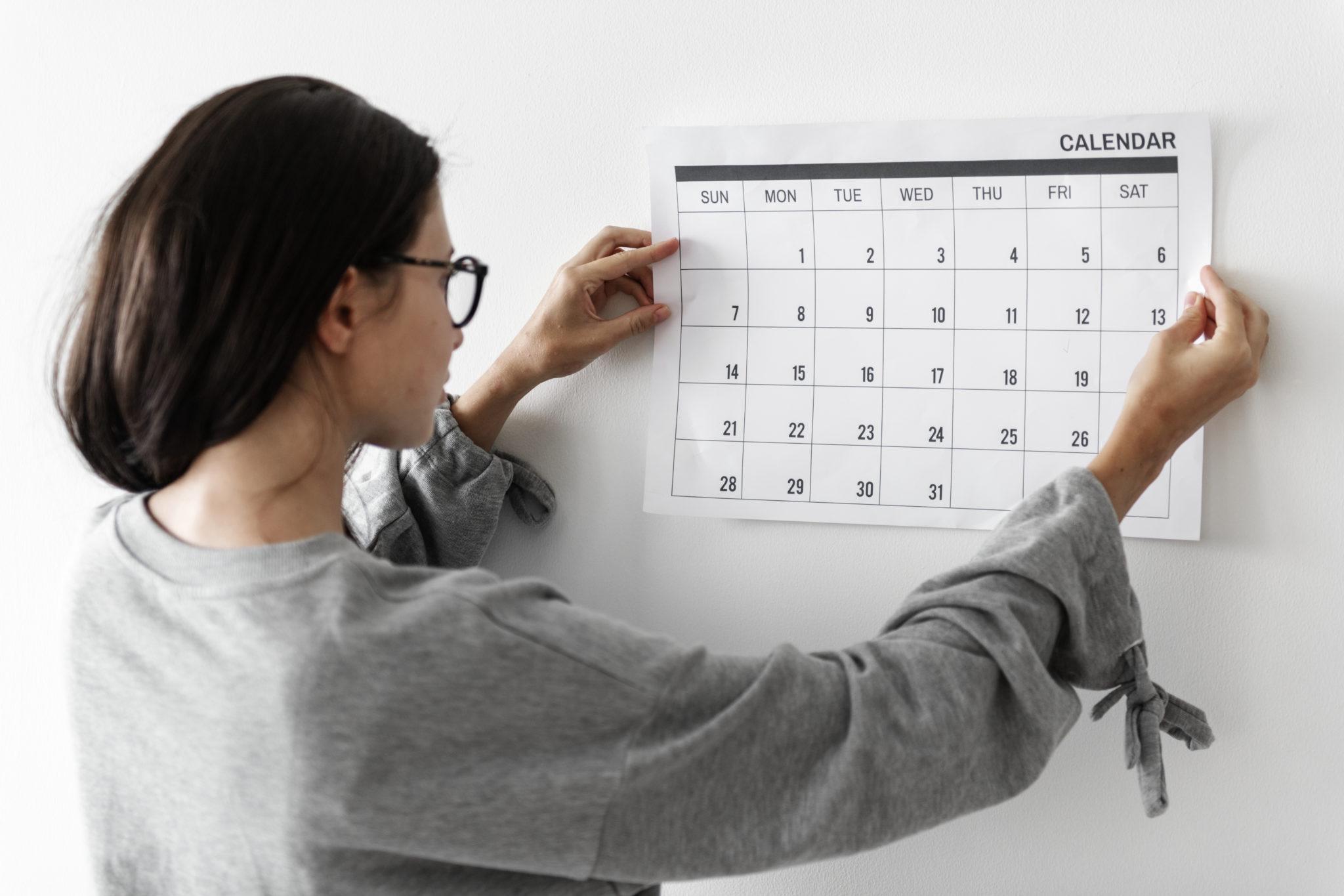 Pige holder en kalender
